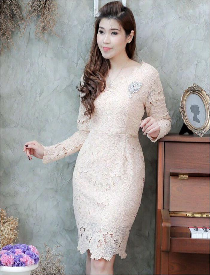 แฟชั่นชุดออกงาน ชุดไปงานแต่งงานสีครีมทอง เดรสสั้นลูกไม้ เข้ารูป แขนยาว สไตล์เรียบหรู สวย ดูดี
