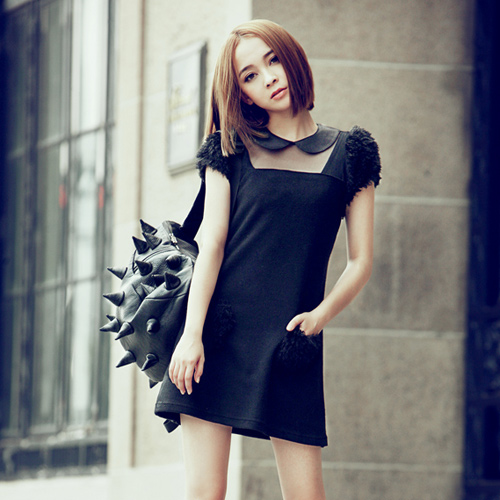 dress ชุดเดรสแฟชั่น คอตุ๊กตา ใส่ทำงาน เที่ยวชิวๆ สีดำ แต่งขนปุยหัวไหล่ และกระเป๋าหน้า น่ารักมากๆ ค่ะ Asia Street Fashion