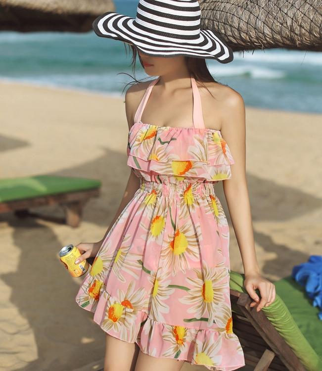ชุดว่ายน้ำทูพีช เซ็ต 3 ชิ้น ชุดชั้นในสีชมพู+ ชุดเดรสเกาะอก สีชมพู ลายดอกไม้ แต่งระบายเป็นชั้น ช่วงหน้าอก และ ชายกระโปรง สม็อคช่วงเอว น่ารักมากค่ะ
