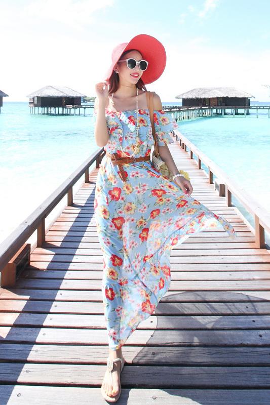 MAXI DRESS ชุดเดรสยาว พร้อมส่ง สีฟ้า ลายดอกไม้โทนสีแดง สวยมาก ดีเทลระบายเป็นชั้นช่วงคอเสื้อ