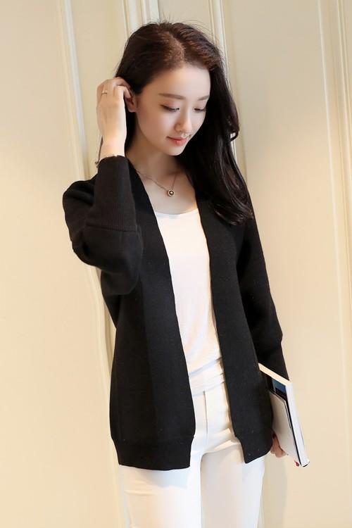 เสื้อคลุมไหมพรม เสื้อคลุมกันหนาว พร้อมส่ง สีดำ ผ้าไหมพรมเนื้อนิ่มมีความยืดหยุ่นได้ดีค่ะ ตีลายเส้นสวย น่ารัก แขนสี่ส่วน ตัวสั้น ใส่กับชุดทำงานหรือชุดเที่ยวก็เก๋ๆค่ะ งานเหมือนแบบแน่นอนค่ะ
