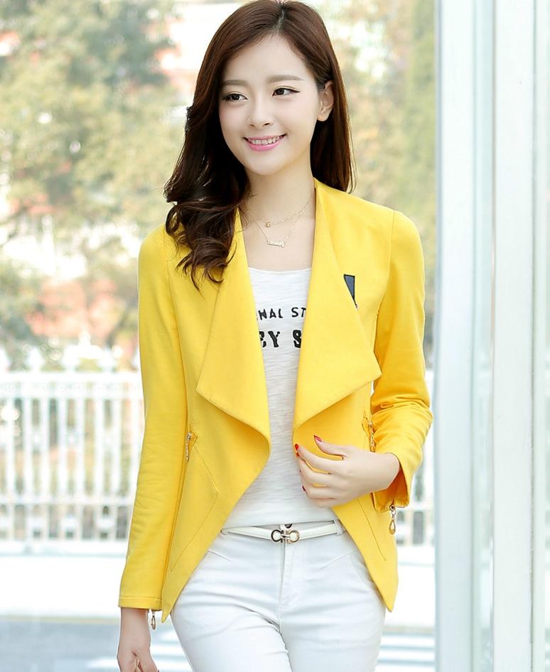 เสื้อคลุมแฟชั่น พร้อมส่ง สีเหลือง แต่งด้วยปกโฉบเฉี่ยวยอดนิยม ดีเทลปลายแขนด้วยซิบรูดสุดเท่ห์ แต่งกระเป๋าหลอกเก๋