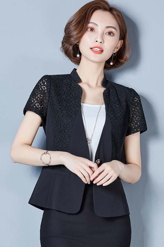 เสื้อสูทแฟชั่น เสื้อสูททำงาน เสื้อสูทสำหรับผู้หญิง พร้อมส่ง สีดำ แขนสั้น ผ้าคอนตอน แต่งแขนด้วยผ้าลูกไม้ ใส่สบาย คอจีน วีลึก ไม่มีซับใน เหมาะสำหรับใส่ทำงานได้ หรือใส่เป็นสูทลำลองได้ค่ะ สินค้าจริง งานสวยเหมือนแบบ 100% ค่ะ