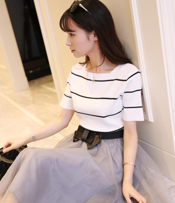 เสื้อไหมพรม พร้อมส่ง สีขาว ดีเทลลายทางสีดำเก๋ แขนสั้น แต่งผ่าชายเสื้อสุดเท่ห์ ยืดหยุ่นได้ ใส่ทำงานได้ค่ะ