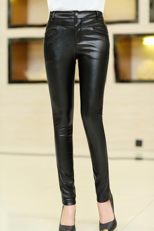 กางเกงแฟชั่น กางเกงหนัง พร้อมส่ง สีดำ หนังมันเงา มีความยืดหยุ่นได้นิดหน่อยค่ะ แบบซิบรูด ขายาวเดฟเข้ารูป สุดเท่ห์