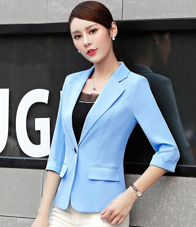 เสื้อสูทแฟชั่น เสื้อสูทสำหรับผู้หญิง พร้อมส่ง สีฟ้า คอปก แขนพับสามส่วน หัวไหล่ยกนิดๆ ไม่มีซับในระบายอากาศได้ค่ะ ติดกระดุมเก๋ เข้ารูปช่วงเอว มีกระเป๋าใช้งานได้ คัตติ้งสวย งานเนี๊ยบ