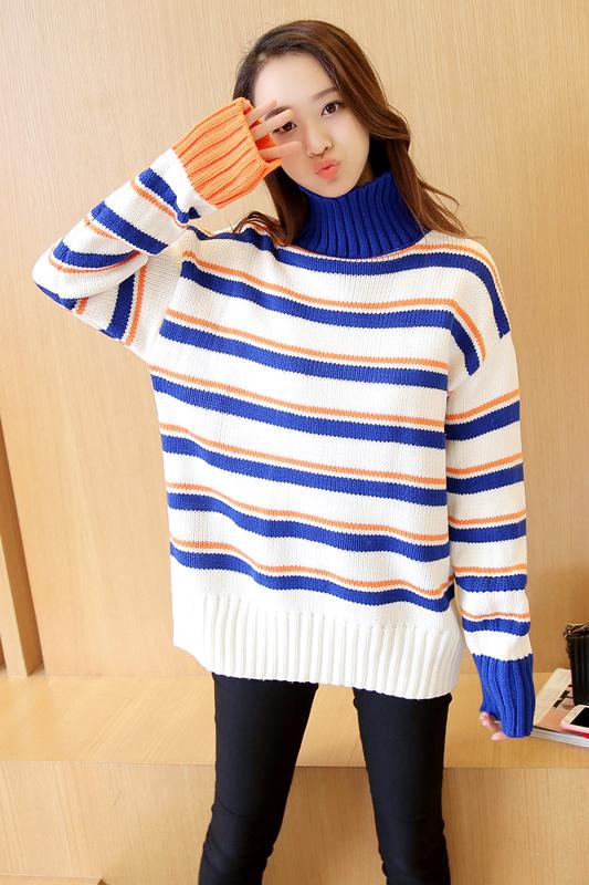เสื้อกันหนาวไหมพรม พร้อมส่ง พื้นสีขาว ลายทางสีน้ำเงินสลับสีส้มน่ารักๆ คอเต่า