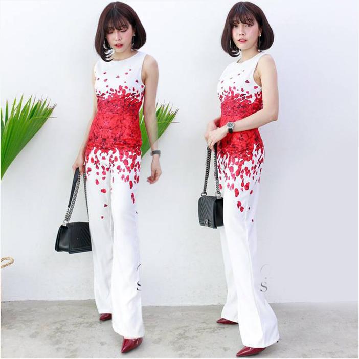 จั๊มสูทขายาวสีขาวพิมพ์ลายกลีบดอกกุหลาบแดง