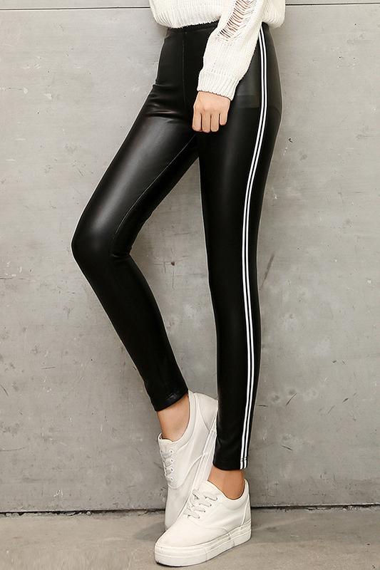 กางเกงแฟชั่น พร้อมส่ง สีดำ หนังมันเงา แต่งลายริ้วด้านข้างเก๋ ใส่แล้วเก็บต้นขาเรียบเข้ารูปสวยค่ะ เป๊ะเวอร์ ใส่สบาย