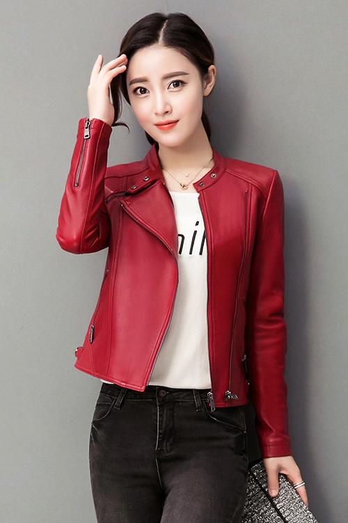 เสื้อแจ็คเก็ต เสื้อหนังแฟชั่น พร้อมส่ง สีแดง คอจีน ตัวสั้น หนังด้าน ดีเทลซิบรูดปลายแขนเก๋ ติดกระดุมแป๊กตรงคอเสื้อสุดเท่ห์ หนัง PU คุณภาพงานพรีเมี่ยม งานเหมือนแบบ 100 % ค่ะ หนังเนื้อนิ่มหน้าใส่ คัตติ้งดี งานเนี๊ยบ