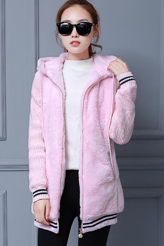 เสื้อกันหนาว พร้อมส่ง สีชมพู ช่วงตัวเสื้อบุด้วยผ้าขนสัตว์ฟูๆ แบบซิบรูด มีฮูทสุดเท่ห์ งานเหมือนแบบแน่นอนค่ะ ด้านหลังแต่งลาตุ๊กตาน่ารัก