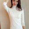เสื้อกันหนาวไหมพรม พร้อมส่ง สีขาว คอปิด ตัวสั้น แต่งลายลูกโซ่รัดรูปได้ตามขนาดตัว