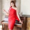 ชุดเดรสออกงาน ชุดไปงานแต่งงานสีแดง ไหล่เฉียง ทรงกระสอบเข้ารูป ด้านหลังแต่งโบว์น่ารักๆ แนวเรียบๆ สวยหรู