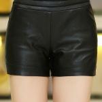กางเกงหนัง พร้อมส่ง สีดำ กางเกงหนังขาสั้น ทำจากหนังแกะสังเคราะห์ หนังเนื้อนิ่ม งาน Premium Quality กระเป๋า 2 ข้างใช้งานได้ เอวยางยืด ด้านในกางเกงมีซับใน ใส่คู่กับเสื้อแจ็คเก็ตหนังก็แมทซ์กันมากๆค่ะ สาวๆที่ชอบขับ Big Bike ชุดนี้ไม่ควรพลาดค่ะ