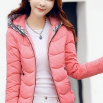 เสื้อกันหนาว พร้อมส่ง สีชมพู ตัวสั้น ผ้าร่ม กันลมหนาวได้ดีเลยค่ะ มีฮูท แต่งลายกราฟิกเก๋ แบบซิบรูด งานสวยเหมือนแบบแน่นอนค่ะ กระเป๋าสองข้างใช้งานได้